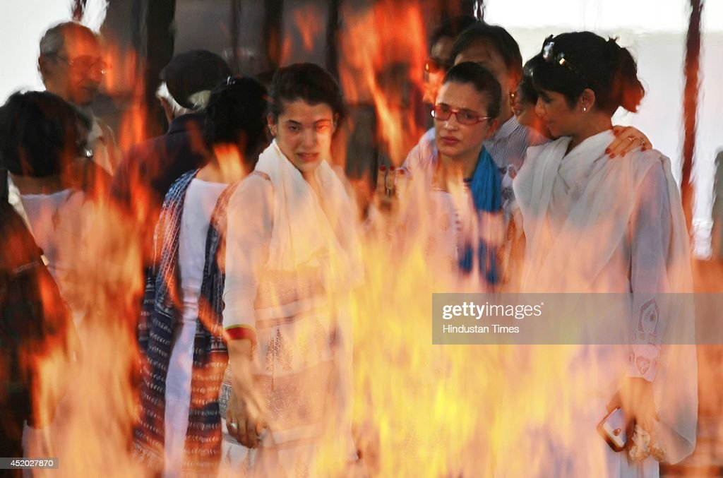 Kiran Segal daughter of late Bollywood actor Zohra Sehgal and family members during the cremation of Zohra Sehgal at Lodhi Garden on July 11 2014 in...