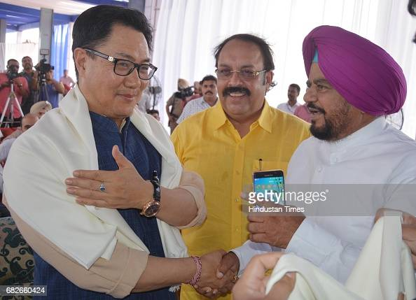 fotos und bilder von union minister kiren rijiju unfurls 107 foot tall tricolour at attari wagah. Black Bedroom Furniture Sets. Home Design Ideas