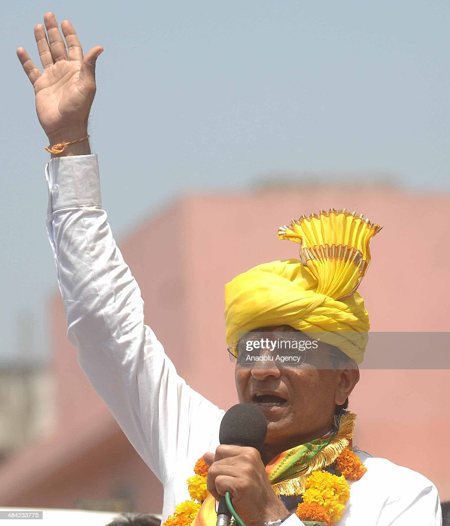 Kirit Somaiya, leader of Bharatiya Janata Party and contestant from Mumbai's northeast constituency campaigns in Mankhurd, an eastern Mumbai suburb, speaks to the crowd on April 11, 2014 in Mumbai, India.