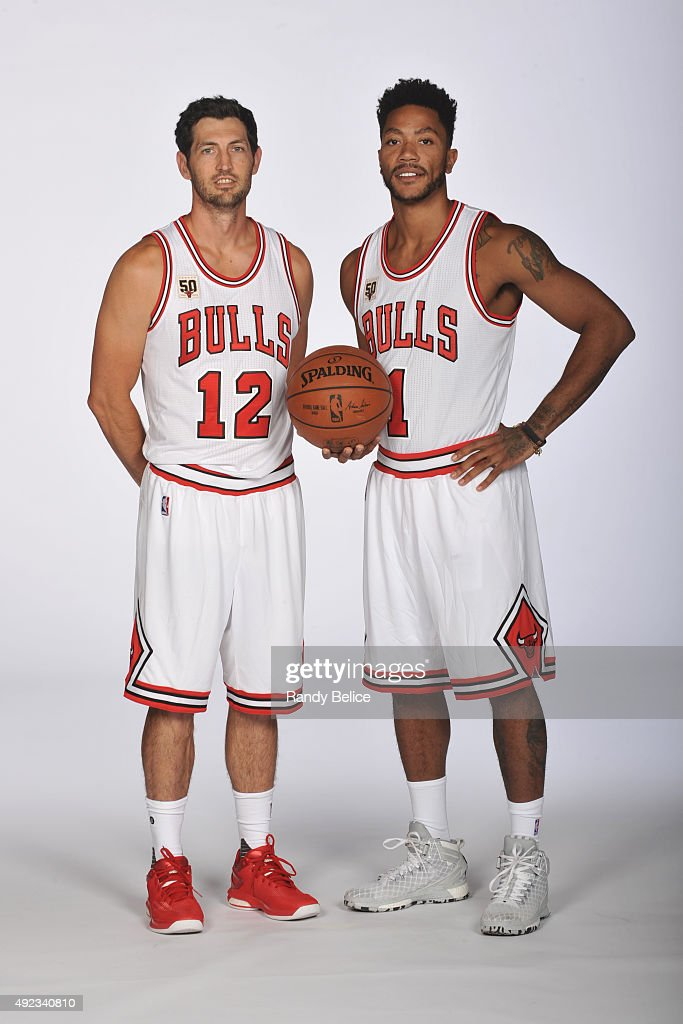 ¿Cuánto mide Derrick Rose? - Altura - Real height Kirk-hinrich-and-derrick-rose-of-the-chicago-bulls-poses-for-a-day-picture-id492340810