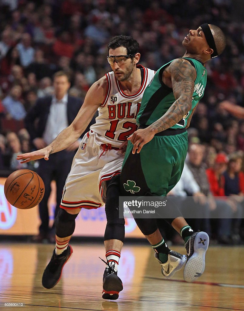 <a gi-track='captionPersonalityLinkClicked' href=/galleries/search?phrase=Kirk+Hinrich&family=editorial&specificpeople=201629 ng-click='$event.stopPropagation()'>Kirk Hinrich</a> #12 of the Chicago Bulls colides with <a gi-track='captionPersonalityLinkClicked' href=/galleries/search?phrase=Isaiah+Thomas+-+Basketball+Player+-+Born+1989&family=editorial&specificpeople=13827915 ng-click='$event.stopPropagation()'>Isaiah Thomas</a> #4 of the Boston Celtics at the United Center on January 7, 2016 in Chicago, Illinois.