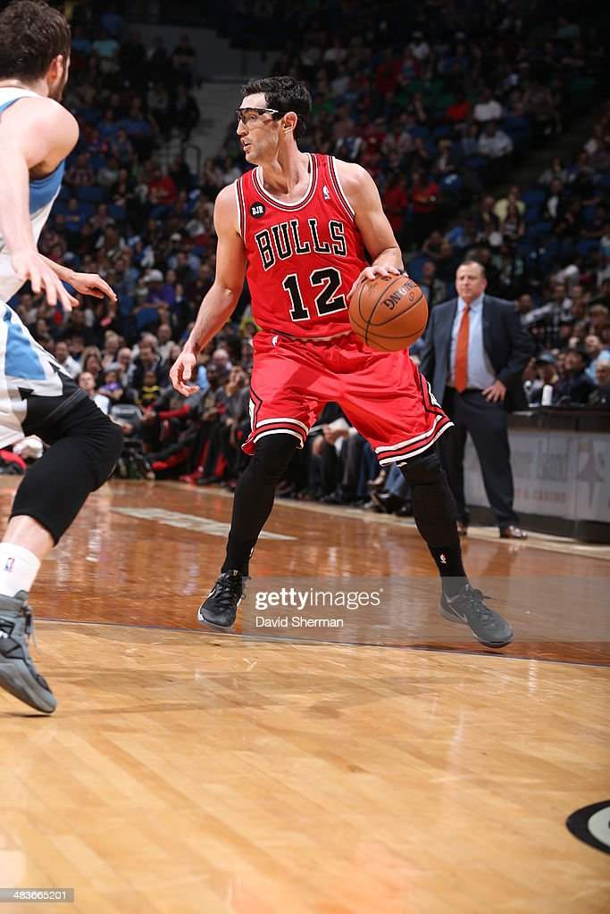 Kirk Hinrich #12 of the Chicago Bulls dribbles the ball against the Minnesota Timberwolves during the game on April 9, 2014 at Target Center in Minneapolis, Minnesota.