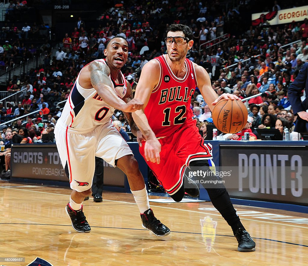 Kirk Hinrich #12 of the Chicago Bulls drives against the Atlanta Hawks on April 2, 2014 at Philips Arena in Atlanta, Georgia.