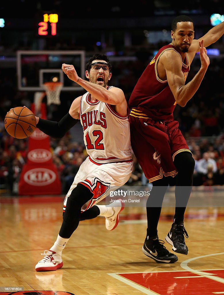 Kirk Hinrich #12 of the Chicago Bulls drives around Shaun Livingston #14 of the Cleveland Cavaliers at the United Center on February 26, 2013 in Chicago, Illinois. The Cavaliers defeated the Bulls 101-98.