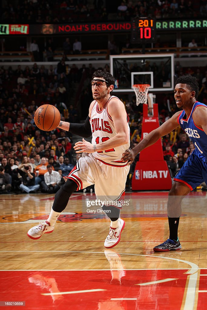 Kirk Hinrich #12 of the Chicago Bulls drives to the basket against the Philadelphia 76ers on February 28, 2013 at the United Center in Chicago, Illinois.