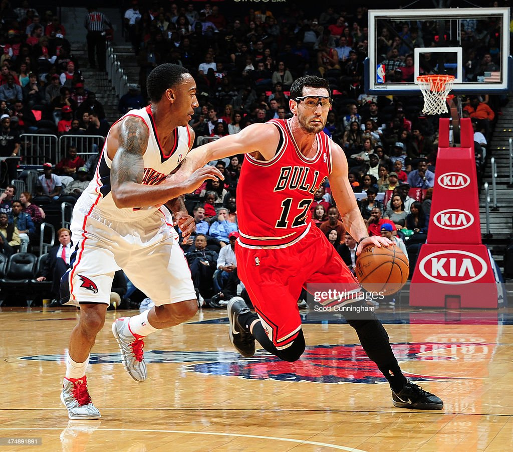 Kirk Hinrich #12 of the Chicago Bulls drives to the basket against the Atlanta Hawks on February 25, 2014 at Philips Arena in Atlanta, Georgia.