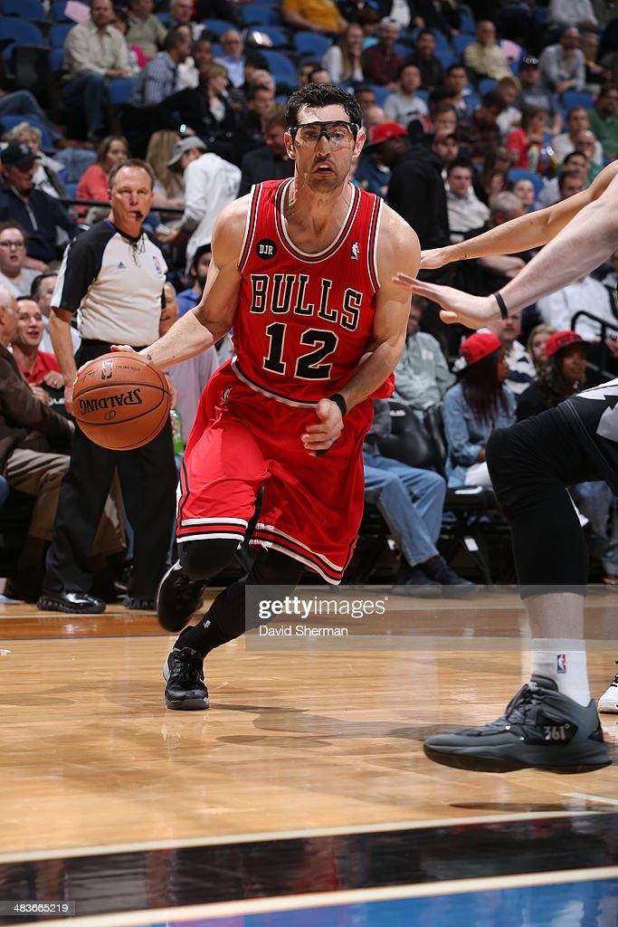 Kirk Hinrich #12 of the Chicago Bulls drives to the basket against the Minnesota Timberwolves during the game on April 9, 2014 at Target Center in Minneapolis, Minnesota.