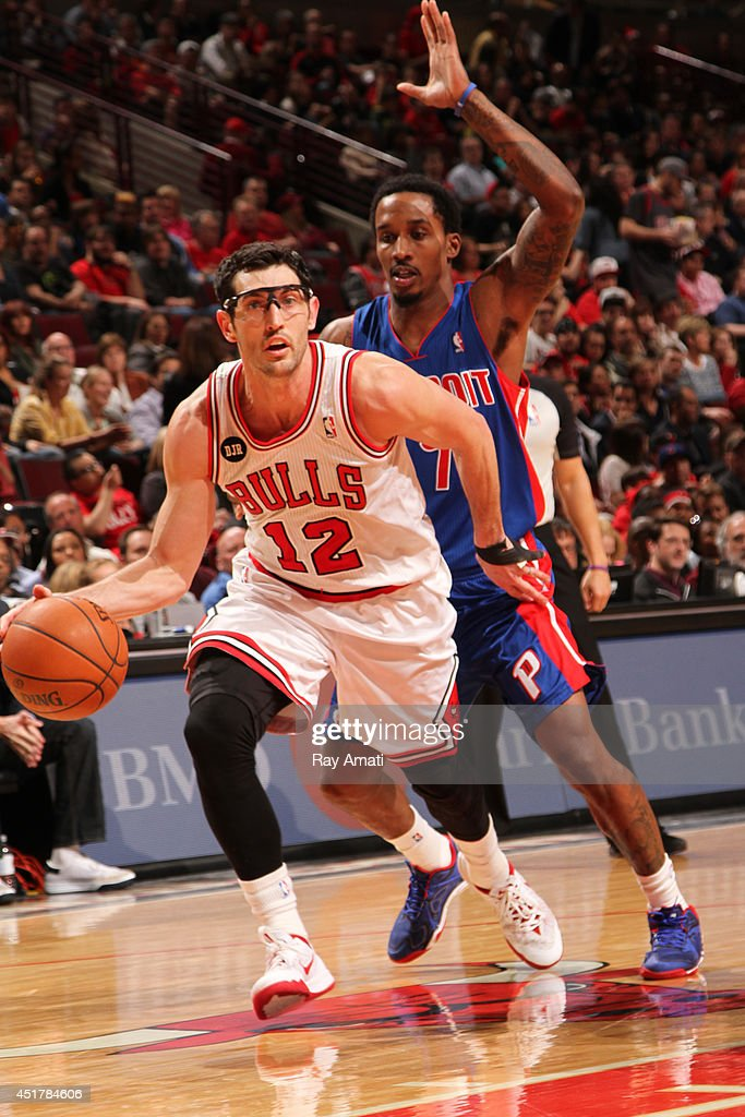 <a gi-track='captionPersonalityLinkClicked' href=/galleries/search?phrase=Kirk+Hinrich&family=editorial&specificpeople=201629 ng-click='$event.stopPropagation()'>Kirk Hinrich</a> #12 of the Chicago Bulls handles the ball against the Detroit Pistons on April 11, 2014 at the United Center in Chicago, Illinois.