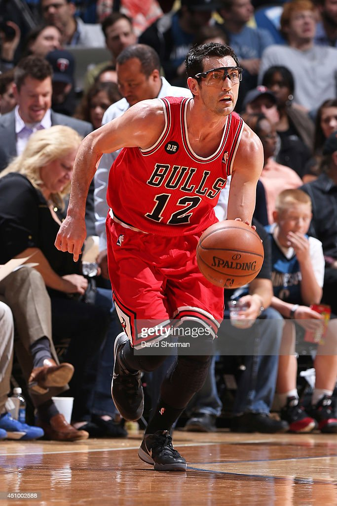 Kirk Hinrich #12 of the Chicago Bulls handles the ball against the Minnesota Timberwolves during the game on April 9, 2014 at Target Center in Minneapolis, Minnesota.