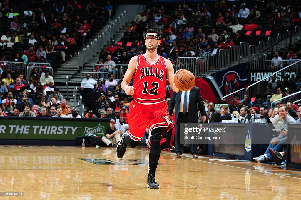 <a gi-track='captionPersonalityLinkClicked' href=/galleries/search?phrase=Kirk+Hinrich&family=editorial&specificpeople=201629 ng-click='$event.stopPropagation()'>Kirk Hinrich</a> #12 of the Chicago Bulls moves the ball up-court against the Atlanta Hawks on February 25, 2014 at Philips Arena in Atlanta, Georgia.
