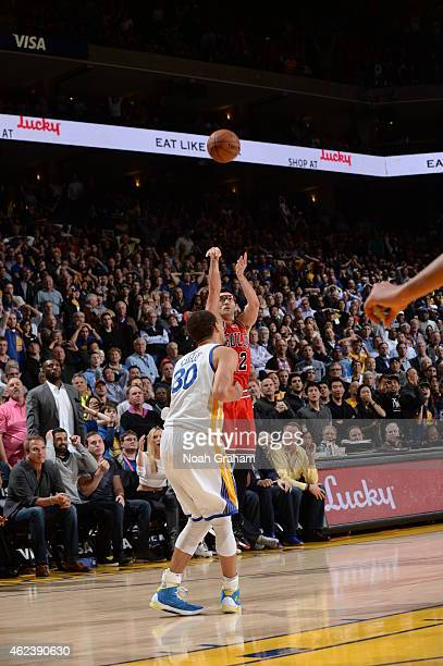 Kirk Hinrich of the Chicago Bulls shoots against Stephen Curry of the Golden State Warriors on January 27 2015 at ORACLE Arena in Oakland California...