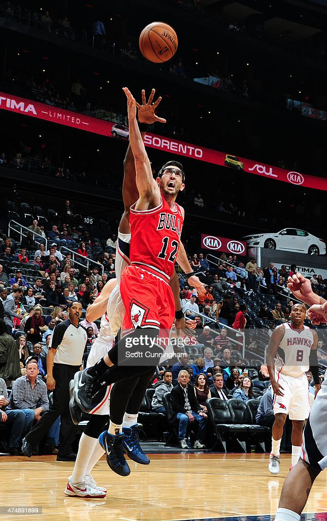 Kirk Hinrich #12 of the Chicago Bulls shoots against the Atlanta Hawks on February 25, 2014 at Philips Arena in Atlanta, Georgia.