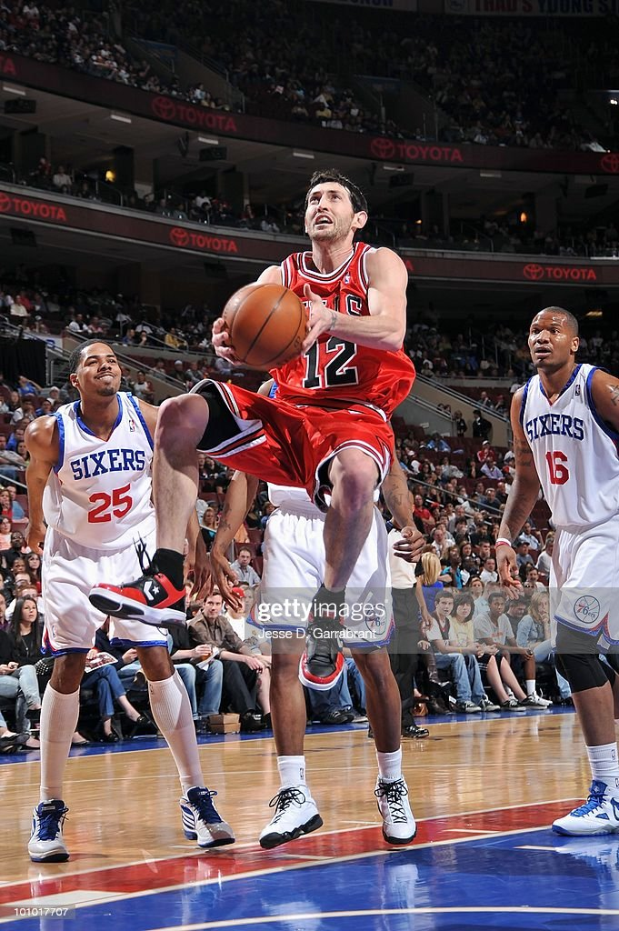 Kirk Hinrich #12 of the Chicago Bulls takes the ball to the basket against the Philadelphia 76ers during the game on March 20, 2010 at the Wachovia Center in Philadelphia, Pennsylvania. The Bulls won 98-84.