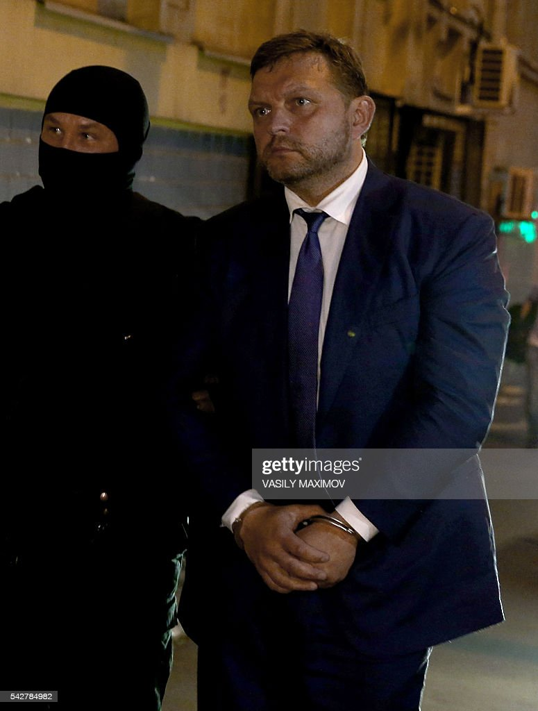 Kirov Region Governor Nikita Belykh (C), is escorted to the Basmanny district court to attend his hearing in Moscow on June 24, 2016. The governor of Russia's central Kirov region was arrested Friday allegedly in the act of accepting a bribe of 400,000 euros ($447,000), the Russian committee of enquiry said. Belykh is suspected of accepting the money, through an intermediary, in return for turning a blind eye to dodgy investments in the region. / AFP / VASILY