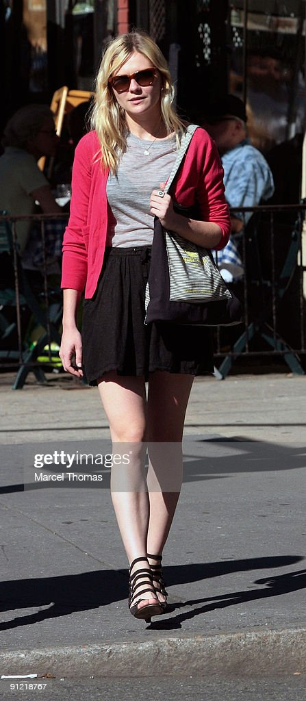 <a gi-track='captionPersonalityLinkClicked' href=/galleries/search?phrase=Kirsten+Dunst&family=editorial&specificpeople=171590 ng-click='$event.stopPropagation()'>Kirsten Dunst</a> is seen walking in the streets of Manhattan on September 20, 2009 in New York, New York.