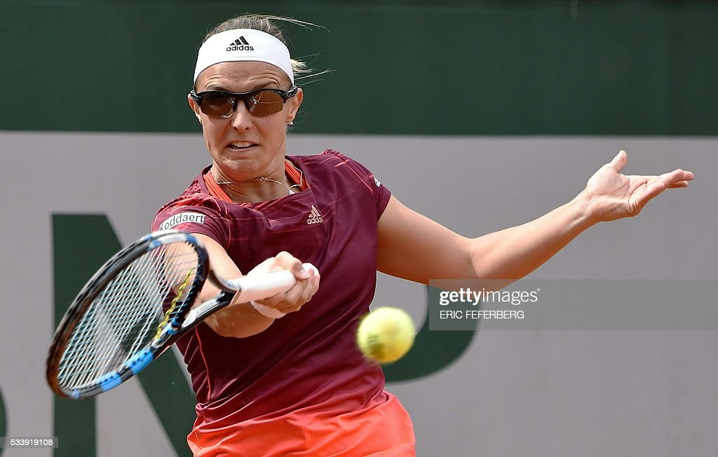 Kirsten Flipkens of Belgium returns the ball to Alize Cornet of France during their women's first round match at the Roland Garros 2016 French Tennis Open in Paris on May 24, 2016. / AFP / Eric FEFERBERG