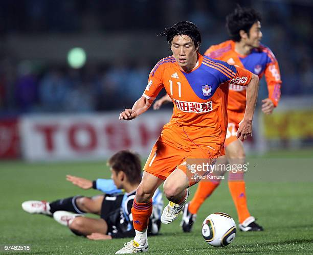 Kisho Yano of Albirex Niigata competes for the ball during the JLeague match between Kawasaki Frontale and Albirex Niigata at Todoroki Stadium on...