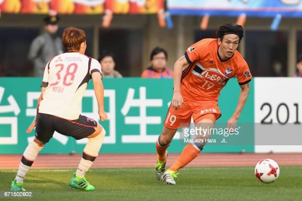 Kisho Yano of Albirex Niigata takes on Keigo Higashi of FC Tokyo during the JLeague J1 match between Albirex Niigata and FC Tokyo at Denka Big Swan...
