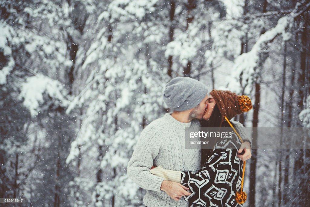 Beso en la nieve : Foto de stock