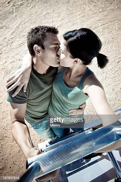 Baciare la coppia, salendo la scala, insieme.