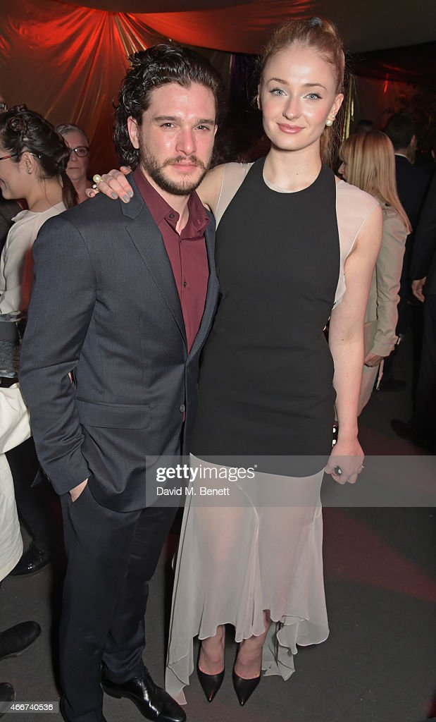 ¿Cuánto mide Sophie Turner? - Altura - Real height Kit-harington-and-sophie-turner-attend-the-game-of-thrones-season-5-picture-id466740536