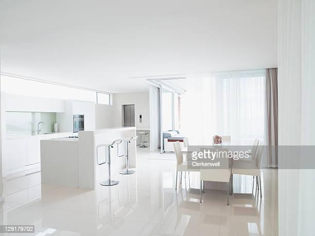 Cocina y sala de estar en casa moderna