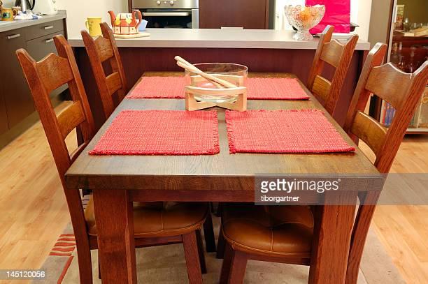 Küche, Tisch und Stühlen