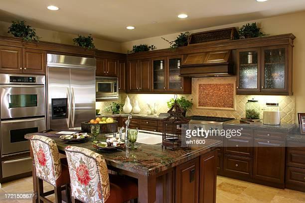 Küche mit dunklen Schränke