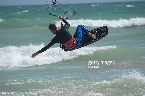 KiteSurfer un saut de mains