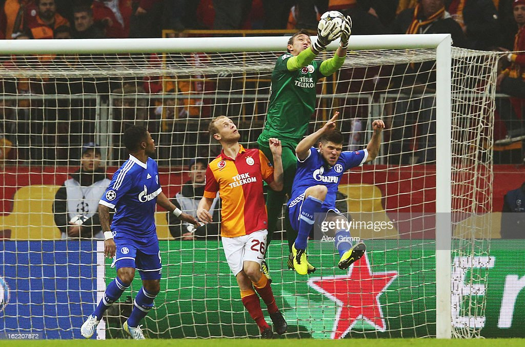Klaas-Jan Huntelaar (R) of Schalke is challenged by goalkeeper Fernando Muslera and Semih Kaya of Galatasaray during the UEFA Champions League Round of 16 first leg match between Galatasaray and FC Schalke 04 at the Turk Telekom Arena on February 20, 2013 in Istanbul, Turkey.