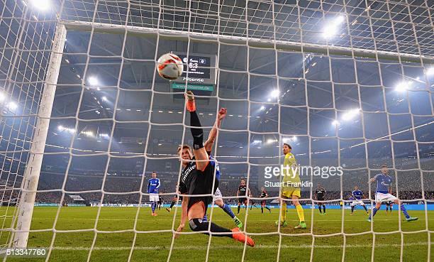 KlaasJan Huntelaar of Schalke scores his goal during the Bundesliga match between FC Schalke 04 and Hamburger SV at VeltinsArena on March 2 2016 in...