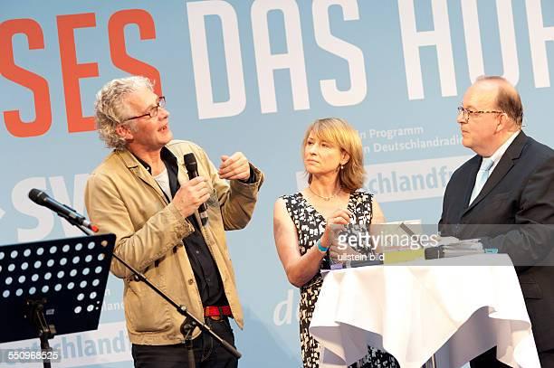 Klaus Buhlert links mit Corinna Harfouch mitte Präsentation Hörbuch ULYSSES im ARD Hauptstadtstudio Person rechts unbekannt