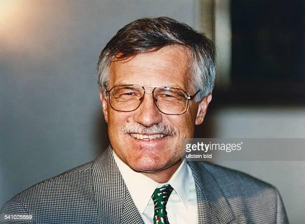 Klaus Vaclav *Volkswirt Politiker Tschechische RepublikMinisterpraesident seit 1992Staatspraesident seit 2003 Portrait laechelt 1994