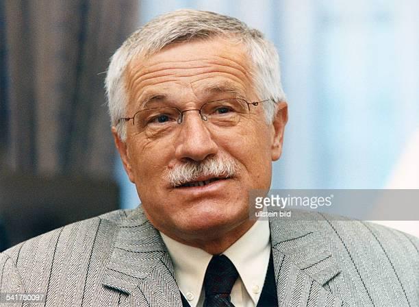 Klaus Vaclav *Volkswirt Politiker Tschechische RepublikMinisterpraesident seit 1992Staatspraesident seit 2003 Portrait Januar 1999