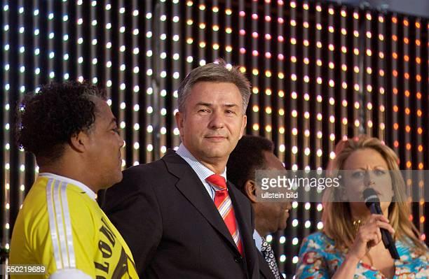XXX Klaus Wowereit Fußballstar Pele und Moderatorin Barbara Schöneberger anlässlich der Eröffnung der FIFA Fanmeile vor dem Brandenburger Tor in...