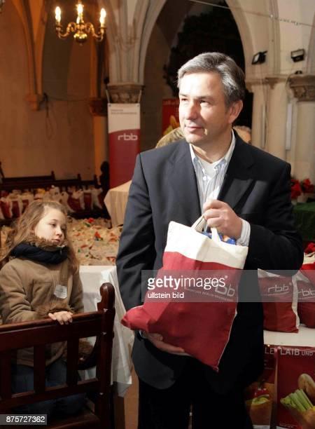 Klaus Wowereit Regierender Bürgermeister von Berlin SPD D bei der Berliner Tafel in der Marienkirche verteilt Lebensmitteltüten des RBB an Bedürftige