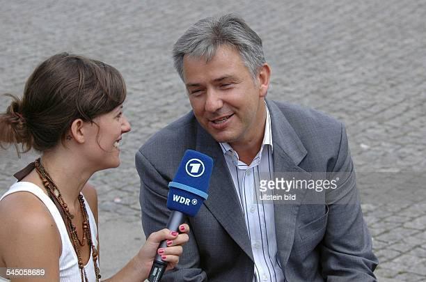 Klaus Wowereit Regierender Bürgermeister von Berlin SPD D gibt Sarah Kuttner für die ARD ein Interview zur Fussball WM