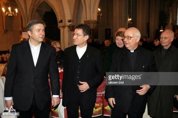 Klaus Wowereit Regierender Bürgermeister von Berlin SPD D zu Gast bei der Berliner Tafel in der Marienkirche am Alexanderplatz mit Bischof Wolfgang...