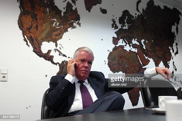 KlausMichael Kühne Präsident Verwaltungsrat Kühne Nagel International AG in seinem Büro