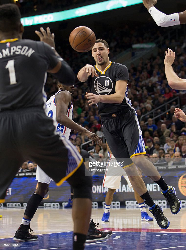 <a gi-track='captionPersonalityLinkClicked' href=/galleries/search?phrase=Klay+Thompson&family=editorial&specificpeople=5132325 ng-click='$event.stopPropagation()'>Klay Thompson</a> #11 of the Golden State Warriors passes the ball to <a gi-track='captionPersonalityLinkClicked' href=/galleries/search?phrase=Jason+Thompson+-+Jogador+de+basquete&family=editorial&specificpeople=5570844 ng-click='$event.stopPropagation()'>Jason Thompson</a> #1 against the Philadelphia 76ers on January 30, 2016 at the Wells Fargo Center in Philadelphia, Pennsylvania.