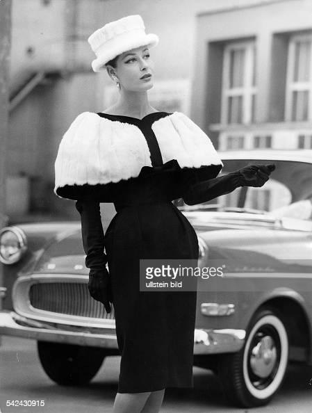 Kleid aus schwarzer Wolle mit hermelinbesetztem CapekragenModell StaebeSeger1959Foto Hilla Korn