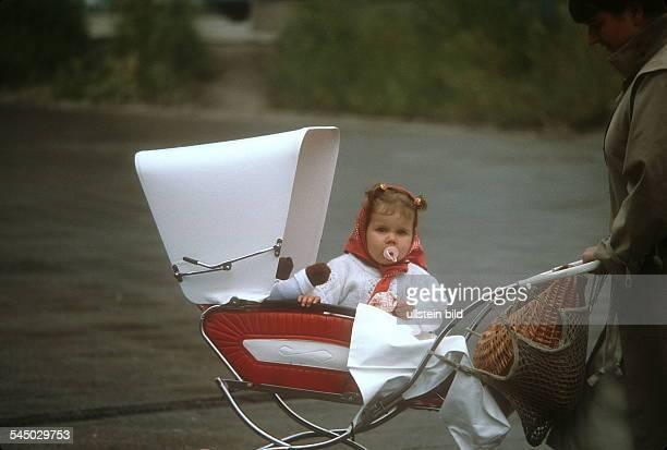 Kleinkind im Kinderwagen OstBerlin ohne Jahr