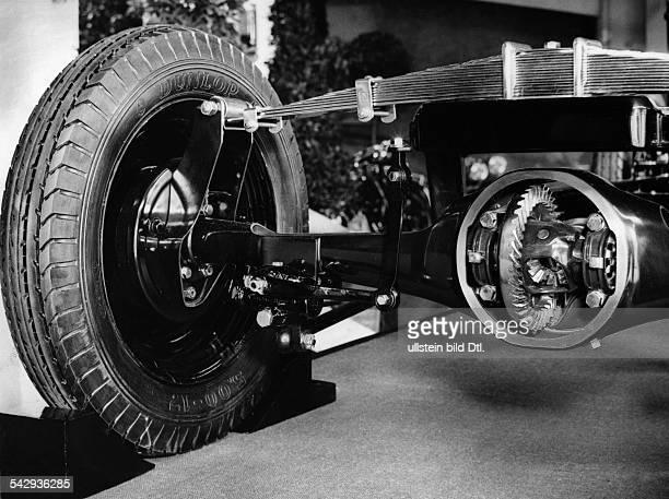 Kleinwagen DKW mit Kardanantrieb Die Hinterachse im Schnitt mit darüberliegender Querfeder der Kardan zwischen Getriebe und Antriebsachse 1937Foto...