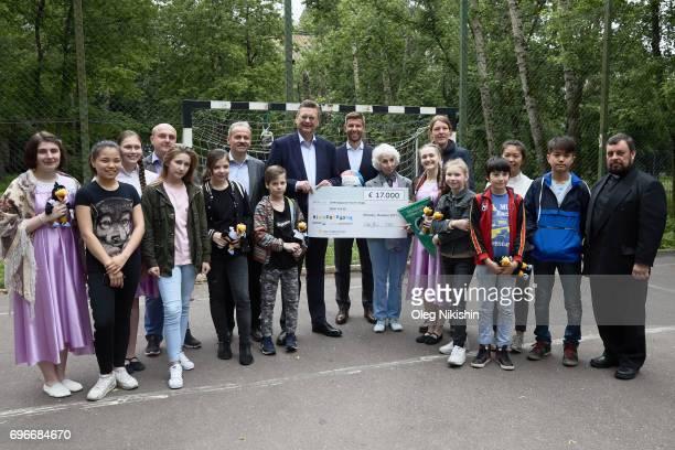Klemes Buscher DFB President Reinhard Grindel DFB Ambassador Thomas Hizlsperger Elizabeth Levina Kristof and other people pose with check for 17 000...