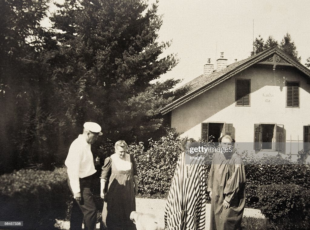 G. Klimt, E. Floege (in a striped dress, probably by Kolo Moser), Hermann Floege and Barbara Floege in front of the Oleander villa in Kammer. Photography, 1908. (Photo by Imagno/Getty Images) [<a gi-track='captionPersonalityLinkClicked' href=/galleries/search?phrase=Gustav+Klimt&family=editorial&specificpeople=98921 ng-click='$event.stopPropagation()'>Gustav Klimt</a>, <a gi-track='captionPersonalityLinkClicked' href=/galleries/search?phrase=Emilie+Floege&family=editorial&specificpeople=2017051 ng-click='$event.stopPropagation()'>Emilie Floege</a> (mit Streifen-Kleid vermutlich von Kolo Moser), Hermann Floege und Barbara Floege vor der Oleander-Villa in Kammer. Photography, 1908.]