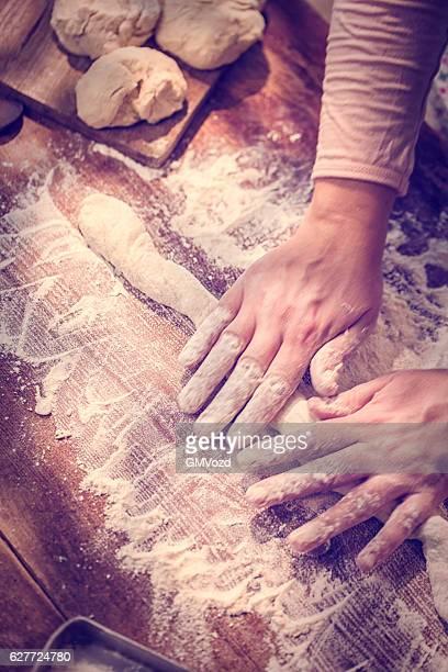 Mains pétrissage de pâte sur la Table