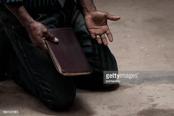 Agenouillé avec bible
