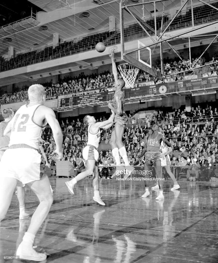 Knicks Richie Guerin lobs one over Wilt Chamberlain s board