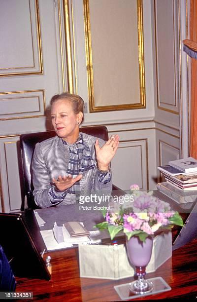 Königin Margrethe II von Dänemark ARDReihe 'Europäische Königshäuser' Kopenhagen Dänemark Europa 'Schloß Amalienborg' Arbeitszimmer Zigarette rauchen...