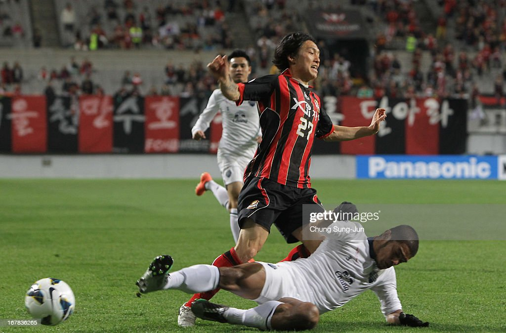 Ko Kwang-Min of FC Seoul tussles for possession with Prathum Chutong of Buriram United during the AFC Champions League Group E match between FC Seoul and Buriram United at Seoul World Cup Stadium on May 1, 2013 in Seoul, South Korea.